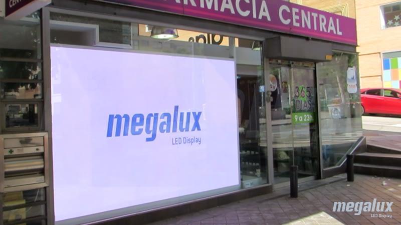 Farmacia Central destaca con pantalla LED Megalux en su ubicación privilegiada de Madrid