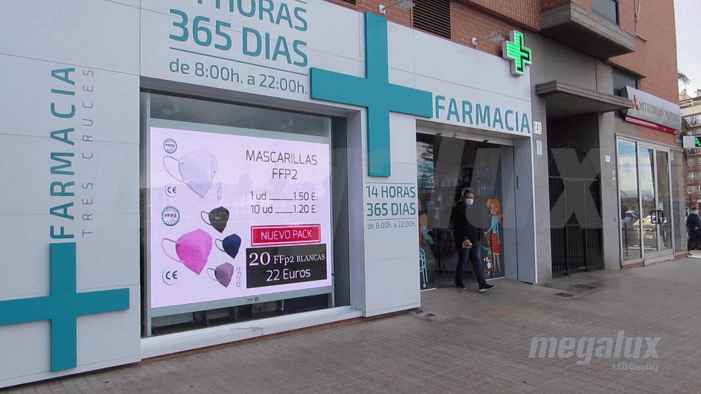 Farmacias de vanguardia impactan con pantallas LED de escaparate Megalux