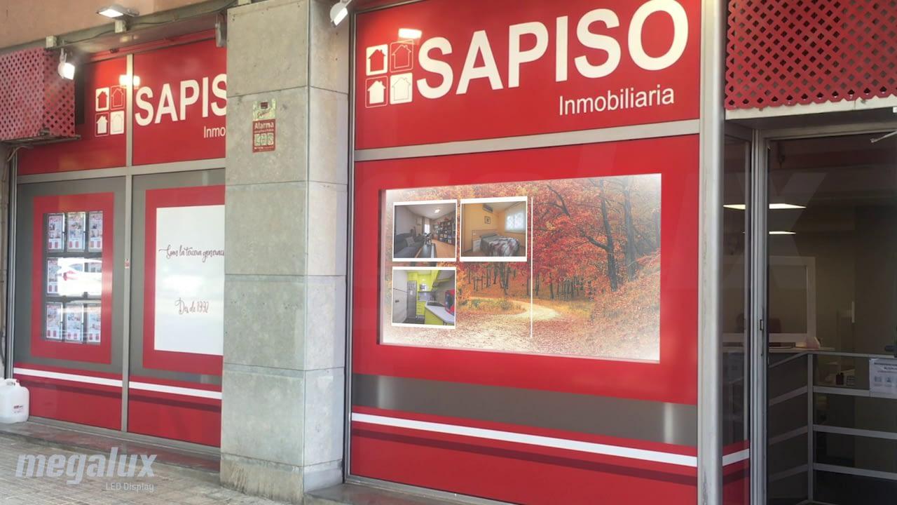 Sapiso de Barcelona aplica pantalla LED Megalux en escaparate de inmobiliaria