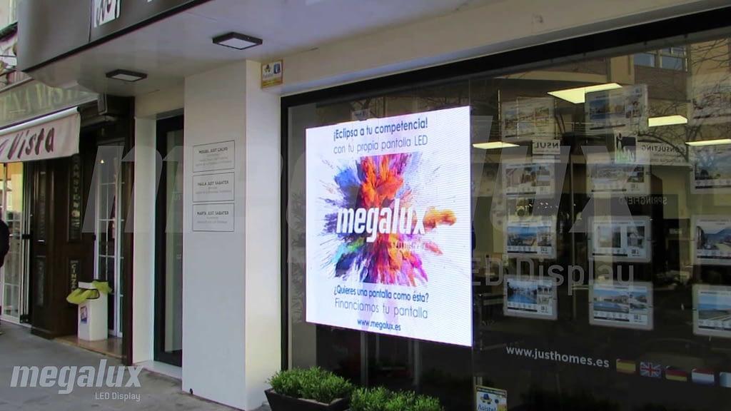 Just Consulting en Calpe apuesta por Megalux con su nueva pantalla LED de escaparate