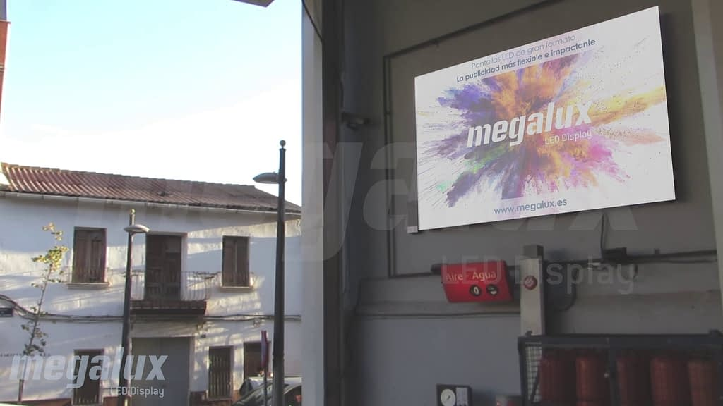 Pantalla LED publicitaria de Megalux atrae las miradas en la Gasolinera Tres Caminos de Galp