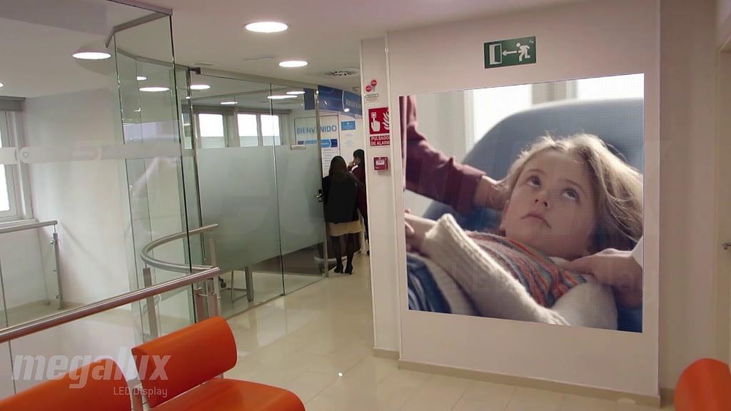 Las clínicas Adeslas optan por Megalux para su publicidad digital de gran formato