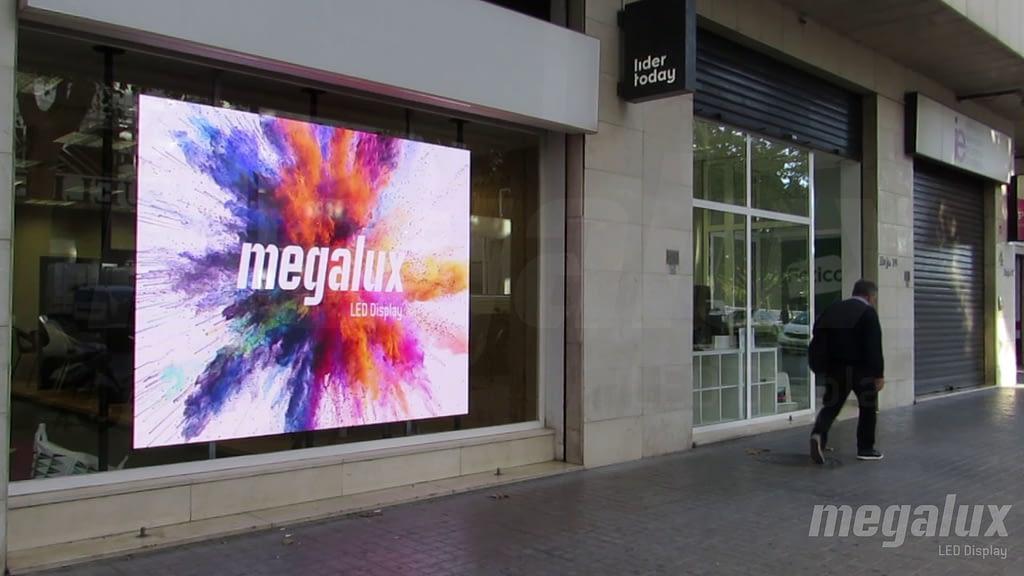 La agencia inmobiliaria Líder Today luce pantalla LED publicitaria Megalux de escaparate