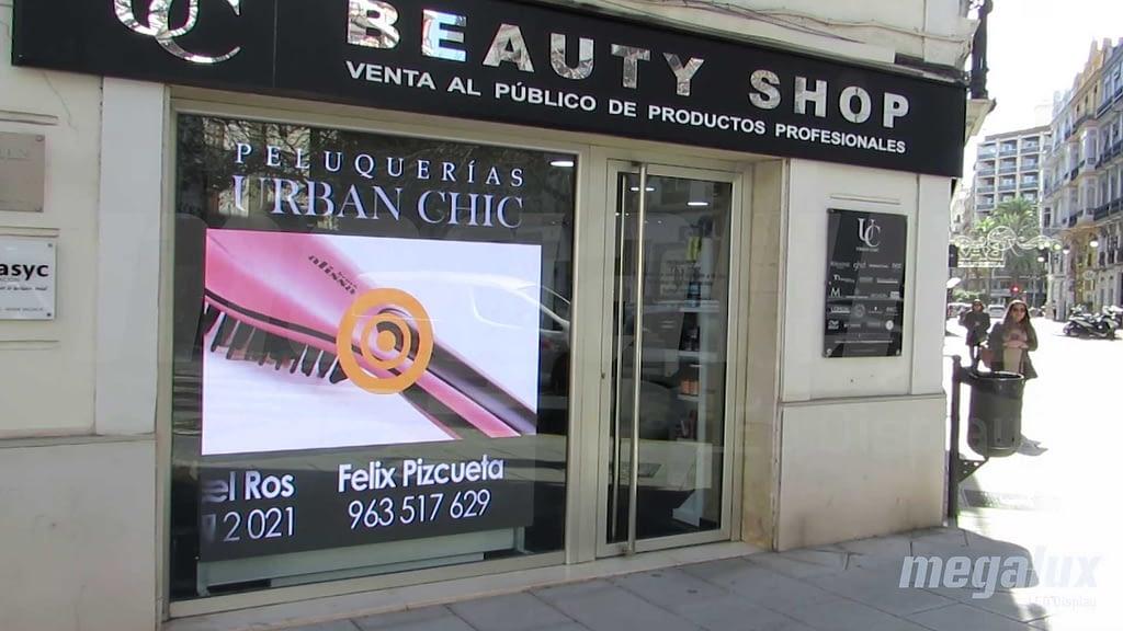 3 pantallas LED en 1: La cadena Beauty Shop instala otra vez pantalla LED Megalux