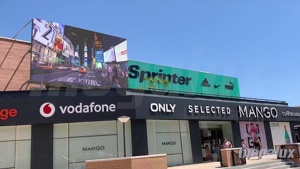 CC Plaza Central en Calpe instala una espectacular pantalla exterior de Megalux