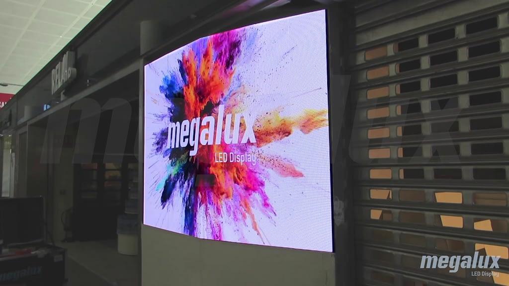 Relay instala pantalla curvada Megalux en el Aeropuerto de Málaga