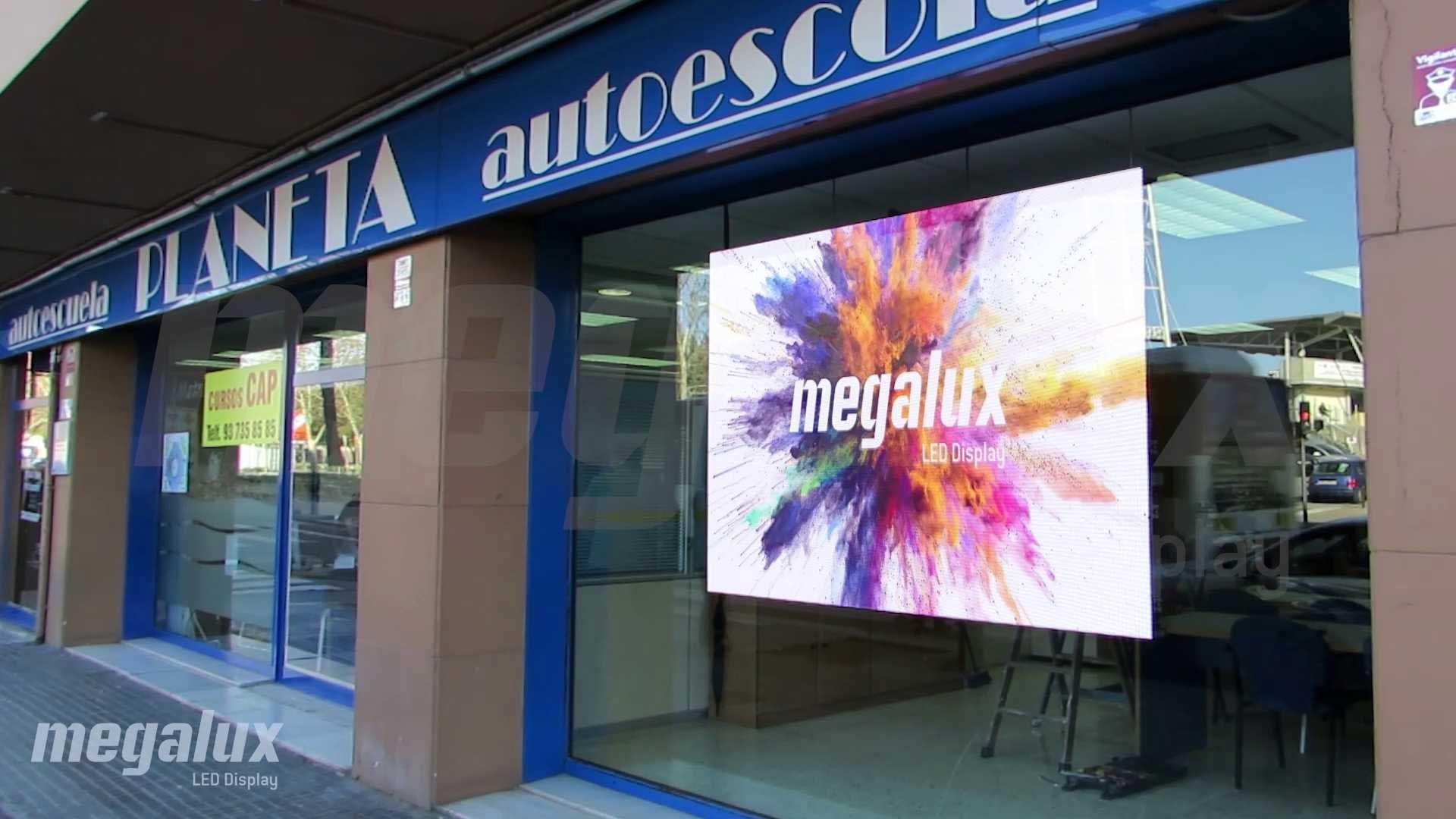 Luce otra gran pantalla publicitaria LED Megalux en Terrassa, Barcelona